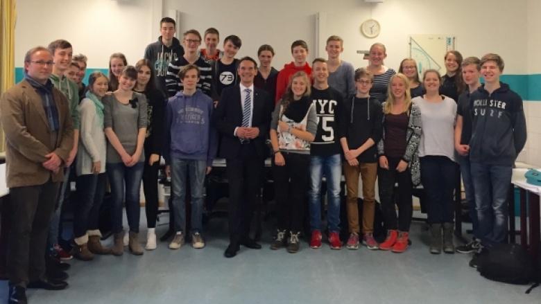 Ingbert Liebing, MdB diskutiert mit Schülern des Friedrich-Paulsen-Gymnasiums über die UN - Kinderrechtskonvention